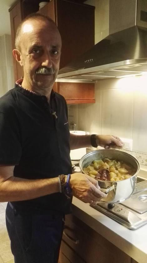 Santi Rodriguez cocinando
